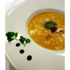 Zupa z borowików z lanym ciastem, śmietaną i świeżą pietruszką