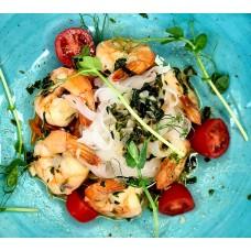 Krewetki na makaronie ryżowym z warzywami