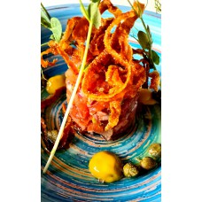 Tatar z pomidora z kaparami, cebulą  czerwoną i octem balsamicznym